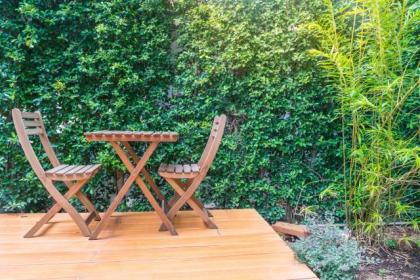 Rattan czy drewno - co lepiej się sprawdzi w ogrodzie?